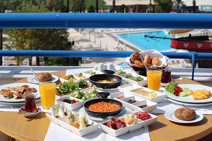 titanic-deluxe-lara-hotel-antalya-havuz-kahvalti
